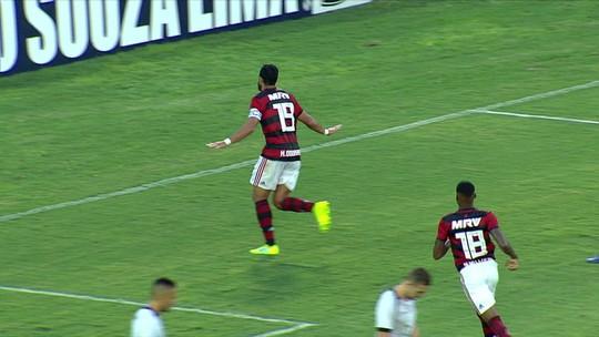 """Cristiano Dourado? Após golaço de bicicleta, atacante do Flamengo se diverte com montagem: """"Parece"""""""