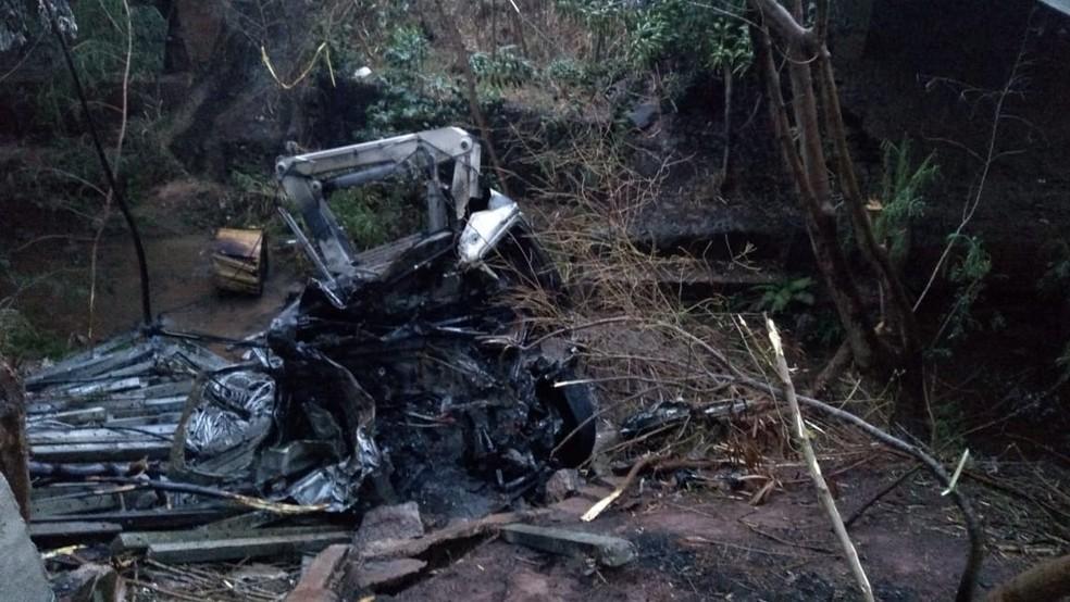 Veículo explodiu após cair em barranco (Foto: Cesar Evaristo/TV TEM)