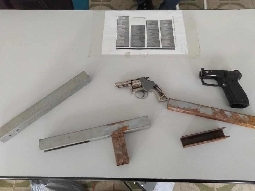Armas e simulacro de armas apreendidos com os suspeitos presos em três dias seguidos de operação policial em Alagoas — Foto: Divulgação/SSP-AL