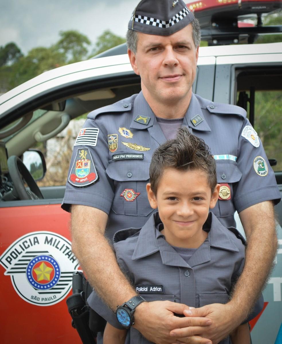 Adrian com um dos policiais que fizeram a surpresa para ele (Foto: Bárbara Leão/Jornal da Região)