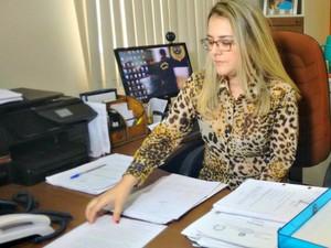 Delegada Juliana De Angelis, responsável pela Deam, diz que trio deve responder por estupro de vulnerável (Foto: Quésia Melo/G1)