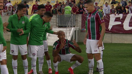 """Após dois gols, João Pedro revela que novo penteado foi trote no Fluminense: """"Deu sorte"""""""