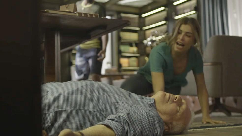 Alberto (Antonio Fagundes) desmaia em 'Bom Sucesso' — Foto: TV Globo
