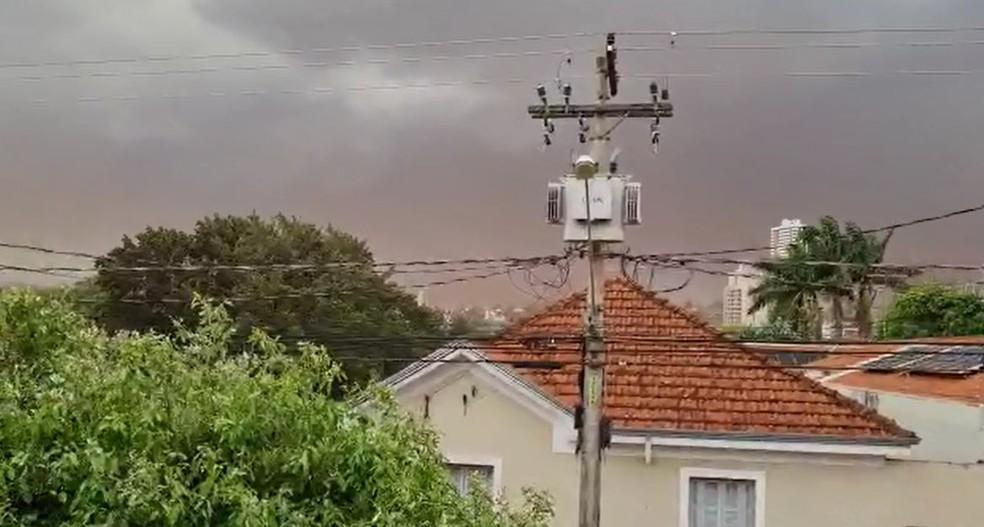 Céu de Jaú ficou tomado pela nuvem de poeira; pelo menos 11 árvores caíram com a força dos ventos — Foto: Arquivo pessoal/Luiz Carlos de Oliveira