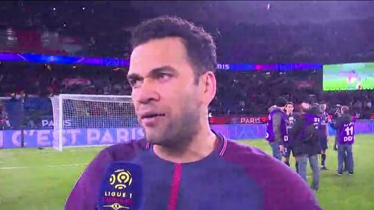 """Dani Alves comemora título francês, mas avisa: """"Campeonato Francês é obrigação"""""""