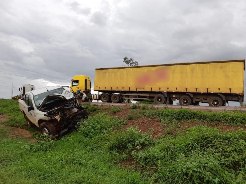 Caminhonete colidiu com carreta e o motorista ficou ferido na BR-135, em Bacabeira — Foto: Divulgação/PRF