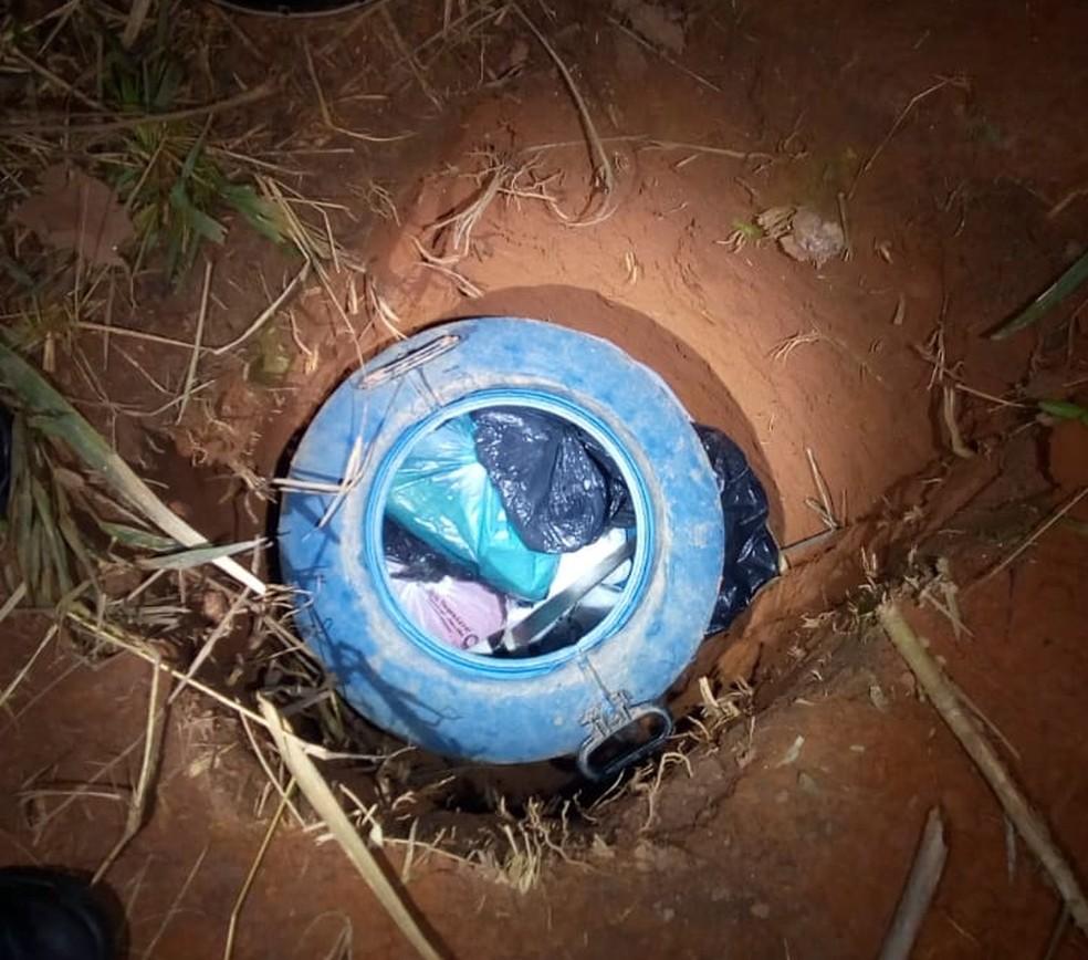 Jovem de 21 anos é preso com drogas escondidas em tambor enterrado em Guaratinguetá — Foto: Polícia Militar/Divulgação