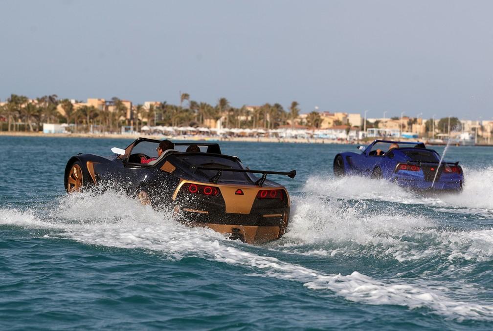 'Carro' não afunda porque é uma lancha, como mostra em percurso feito no mar de Alexandria, no Egito — Foto: Mohamed Abd El Ghany/Reuters