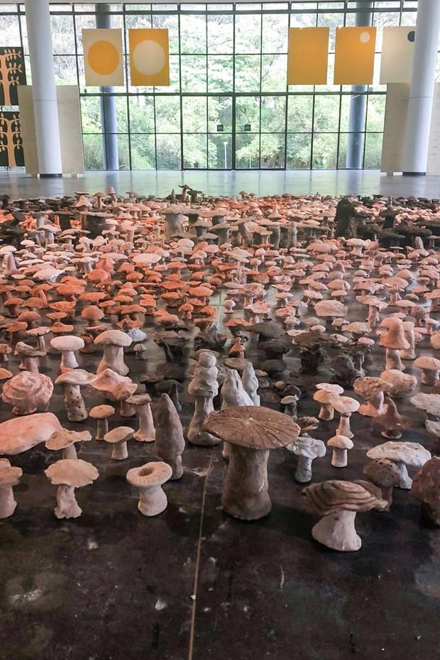 Cogumelos parte da instalação 'Vivam os Campos Livres', feitos por crianças de escolas, na Bienal de São Paulo (Foto: Divulgação)