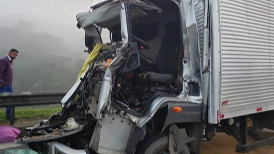 Dois caminhões batem e uma pessoa morre na Dutra, em Arujá