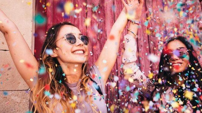Repassar os momentos agradáveis do dia tem um poder revigorante, segundo estudos da área de psicologia positiva (Foto: Getty Images/BBC)
