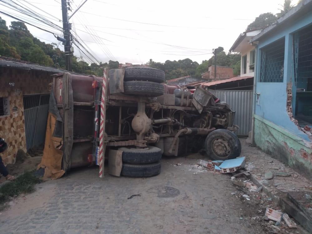 Caçamba carregada de areia tomba e atinge duas casas no Benedito Bentes, em Maceió