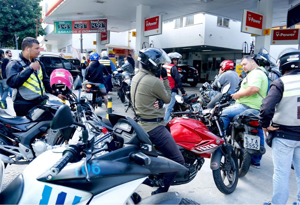 Motoqueiros fazem grande fila em posto de gasolina no Jardim Botânico, no Rio de Janeiro (Foto: Carlos Brito / G1)