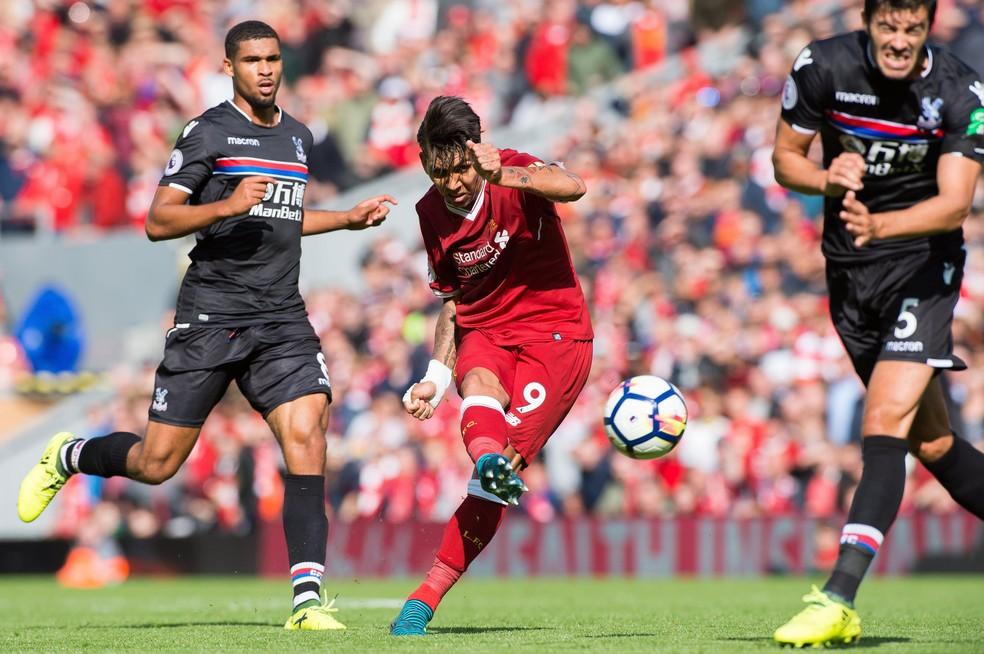 Roberto Firmino arrisca o chute durante Liverpool x Palace (Foto: EFE)