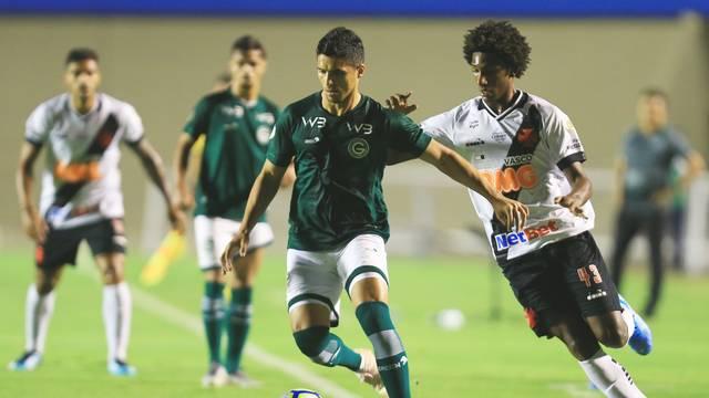 Goiás 0 x 1 Vasco: Daniel Guedes protege a bola com Talles Magno na marcação