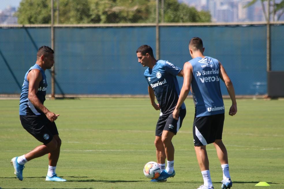 Diego Souza e Thiago Neves em treino do Grêmio — Foto: Eduardo Moura