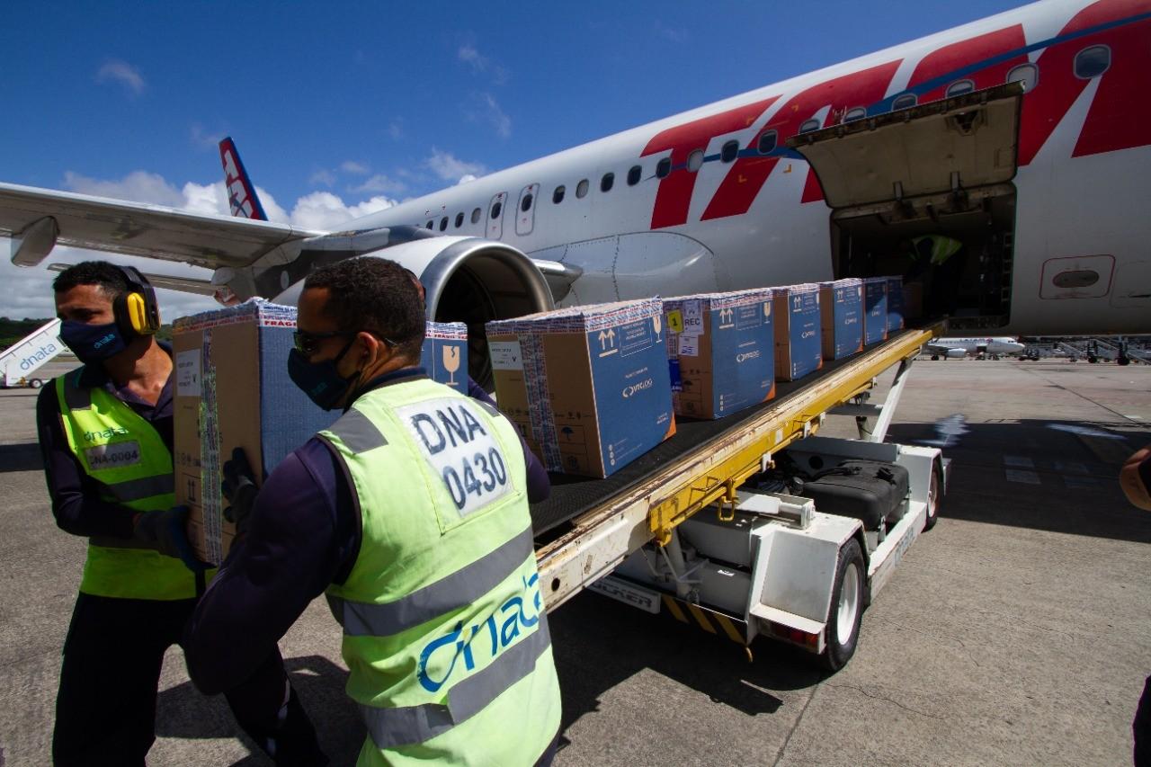 Pernambuco recebe mais 144 mil doses de CoronaVac e 174,3 mil da vacina da Pfizer contra a Covid-19