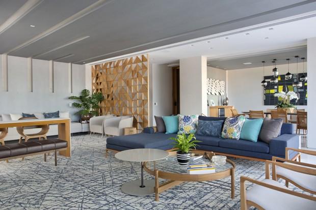 Apartamento no Rio de Janeiro tem décor com cores claras e integração (Foto: Divulgação)