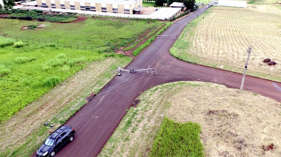 Imagem aérea mostra sequência de postes que caíram com o acidente (Foto: Luizinho Andretto/Arquivo Pessoal)