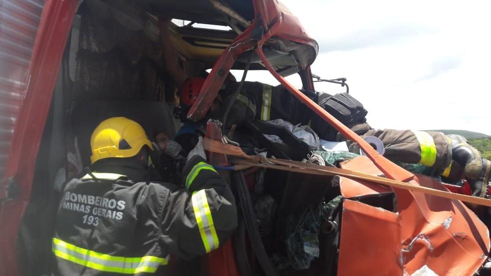 Bombeiros fizeram resgate de mulher que teria ficado presa aos escombros da cabine do caminhão — Foto: Corpo de Bombeiros/Divulgação