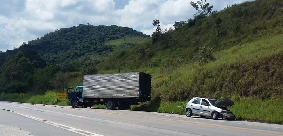 Motorista que bateu em caminhão em São Roque sofreu ferimentos leves  (Foto: São Roque Notícias/Divulgação)