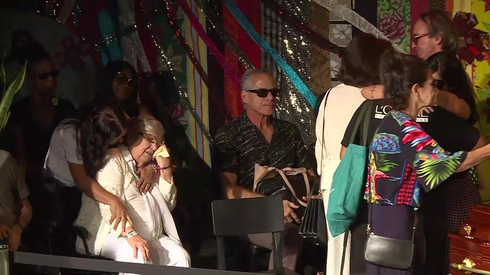 Mãe de Jorge Fernando, Hilda Rebello, é consolada durante o velório do ator e diretor — Foto: Reprodução / TV Globo