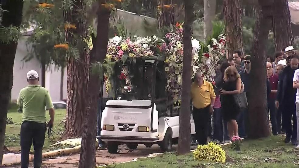 Corpo da cantora Angela Maria foi enterrado neste domingo em São Paulo — Foto: Reprodução/GloboNews