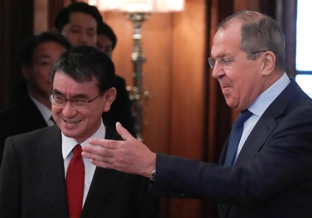 Ministros de Relações Exteriores de Japão e Rússia, Taro Kono e Sergei Lavrov se encontram em Moscou — Foto: Maxim Shemetov/Reuters
