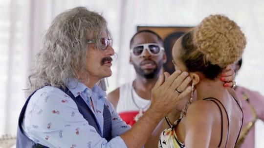 Em 'Mister Brau', astro vê Michele beijando outro homem!