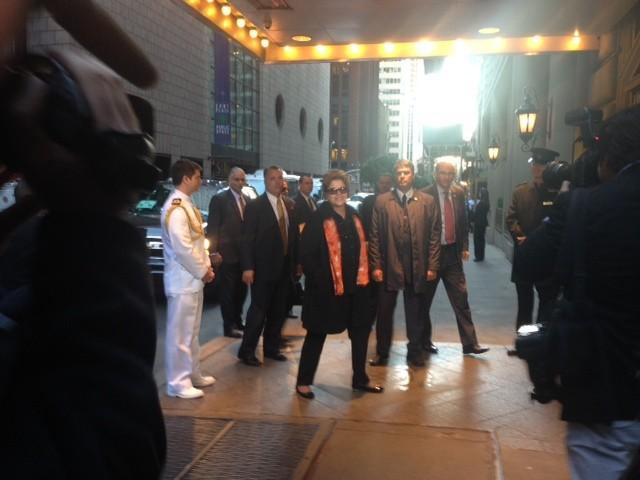 Na chegada ao hotel em Nova York, Dilma acena para jornalistas (Foto: Nathalia Passarinho/G1)