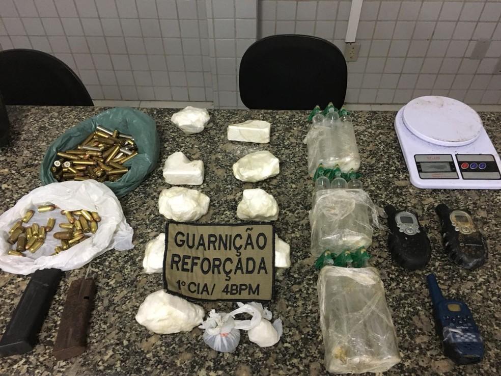 Balas e drogas são apreendidas em matagal de morro de Florianópolis (Foto: Polícia Militar/Divulgação)