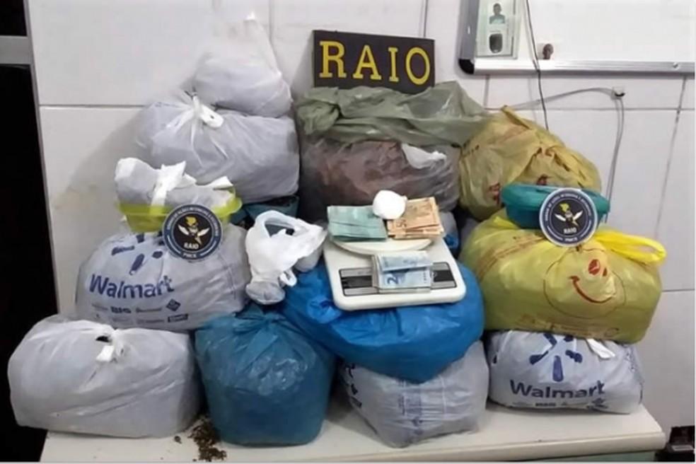A droga estava armazenada em sacolas dentro da casa de um dos suspeitos — Foto: Divulgação/Polícia Civil