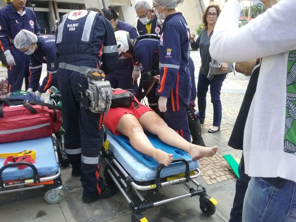 Corpo de Bombeiros fazem resgates dos hospedes e funcionários do hotel em Teresina.  (Foto: Foto: Roberto Araújo/G1)