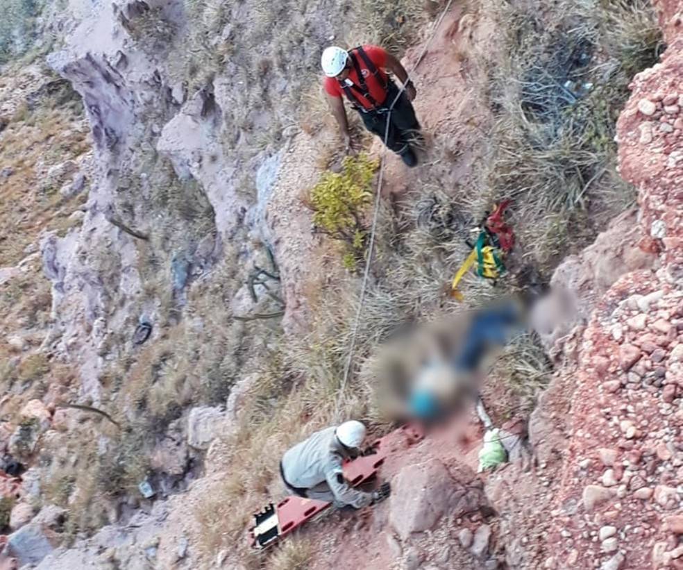 Idoso caiu de uma falésia que tem cinco metros de altura  (Foto: Corpo de Bombeiros do RN/Divulgação)