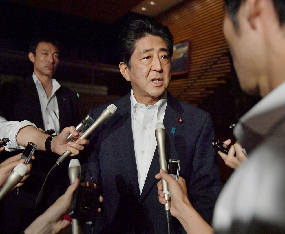 Premiê japonês, Shinzo Abe, fala sobre novo lançamento de míssil norte-coreano nesta sexta-feira (28)  (Foto: Kyodo/ Reuters)