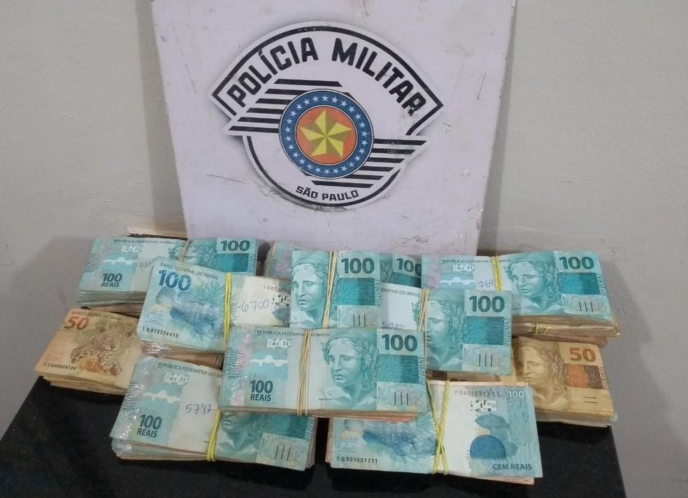 Homem é preso por lavagem de dinheiro em rodovia de Itatinga com R$ 85 mil no banco de passageiro do carro  — Foto: Polícia Rodoviária/ Divulgação