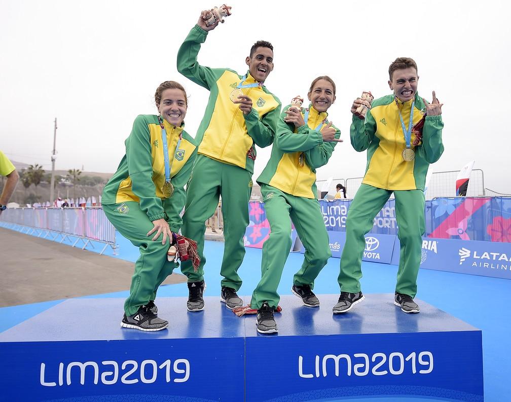 Equipe de triatlo do Brasil comemora o ouro no Pan de Lima — Foto: Alexandre Loureiro/COB