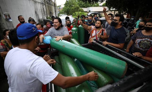 Parentes de doentes com Covid-19 disputam cilindros de oxigênio em meio à colapso da saúde em Manaus
