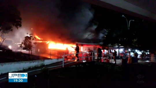 Estudantes se unem para ajudar comerciante que teve barraca de lanches incendiada, na UEPB