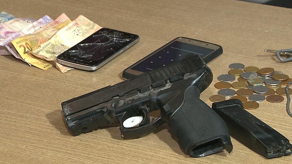 Polícia apreendeu uma arma falsa com os suspeitos — Foto: Reprodução/TV Cabo Branco