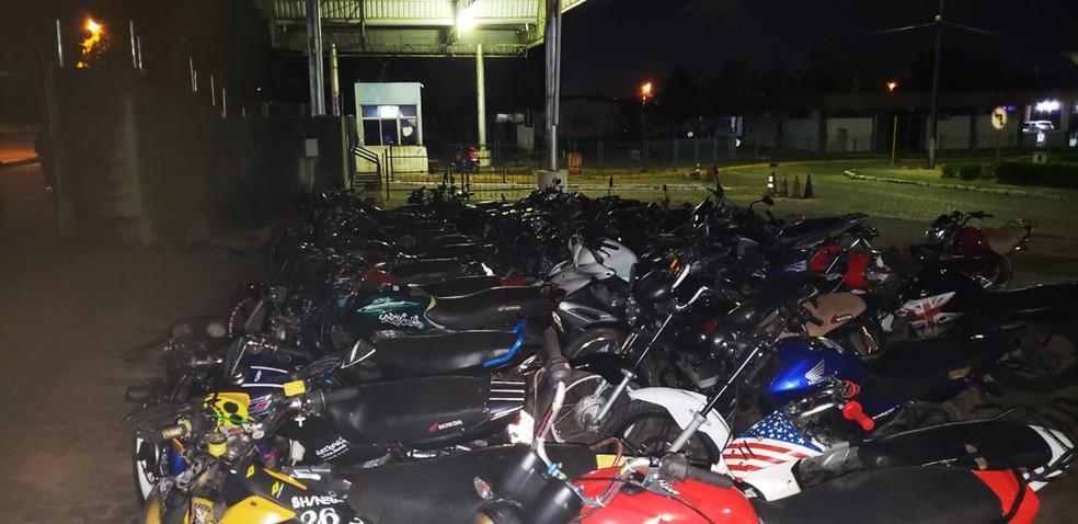 Motos recolhidas foram levadas para o pátio do Detran, em Natal — Foto: PMRN