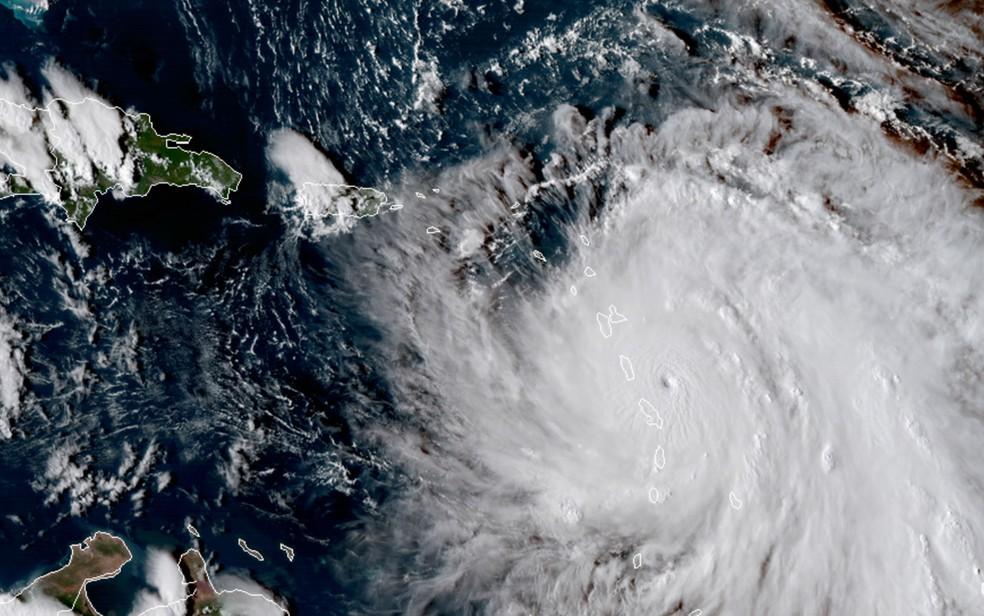Imagem de satélite mostra o olho do furacão Maria se aproximando da ilha de Dominica, no Caribe, na noite de segunda-feira (18) (Foto: NASA via AP)