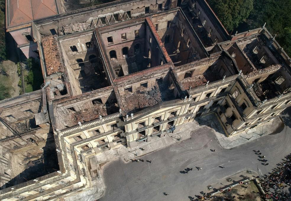 Imagem aérea mostra o Museu Nacional, no Rio de Janeiro, destruído após incêndio (Foto: Mauro Pimentel/AFP)