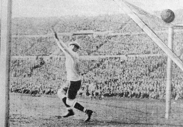 Goleiro do Uruguai, Enrique Ballestrero, falha em tentar defender um gol da Argentina na final da Copa do Mundo de 1930 (Foto: Keystone/Getty Images)