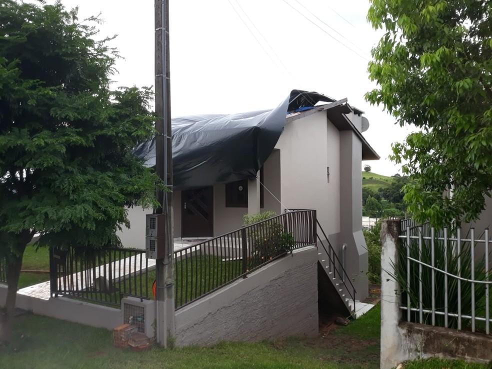Casa destelhada em São José do Cedro, SC. — Foto: Divulgação/Polícia Civil