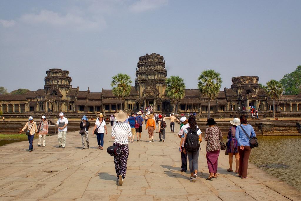 No Camboja, Angkor Wat é um importante patrimônio cultural internacional. Recebeu o reconhecimento da UNESCO em 1992. De 2004 a 2014, o número de visitantes de Angkor Wat aumentou em mais de 300% (Foto: Creative Commons / UweBKK)