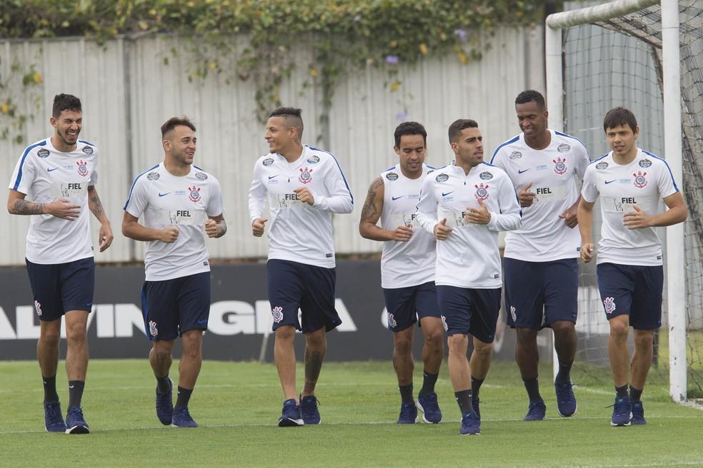 Guilherme Arana (terceiro da esquerda para a direita) é o único já vendido pelo Corinthians (Foto: Daniel Augusto Jr/Ag.Corinthians)