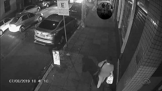 Mulher recupera dinheiro perdido em rua movimentada de Santa Maria