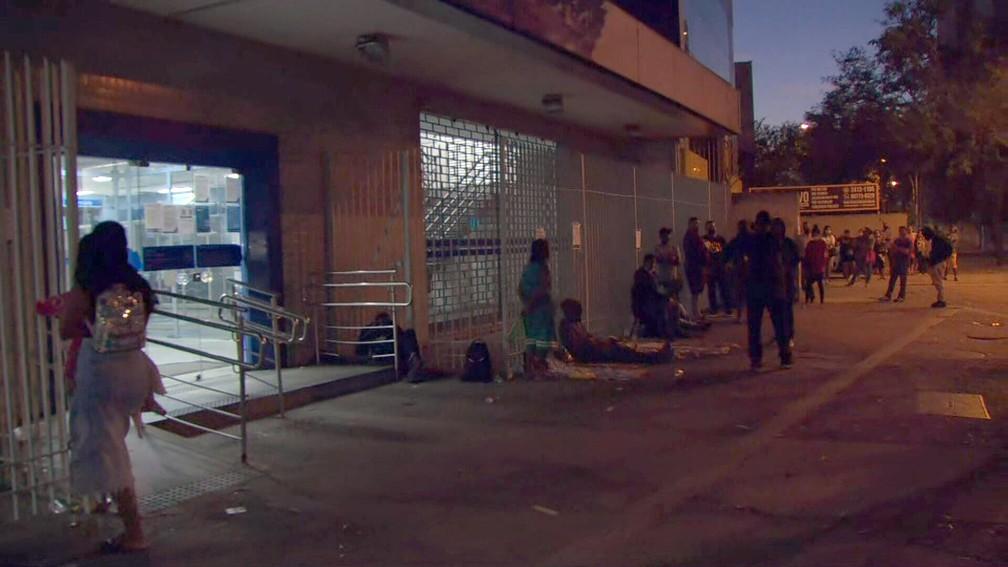Fila em agência da Caixa em Campo Grande, na Zona Oeste do Rio — Foto: Reprodução/TV Globo