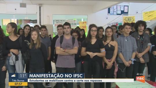 Estudantes e professores fazem atos em SC contra bloqueios na educação